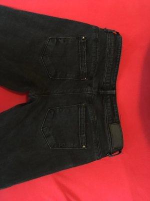 3/4 Jeans mit Löchern.