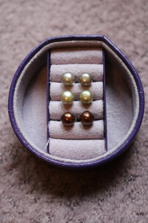 3 Paar Perlenohrringe, silber/grau, grün, braun