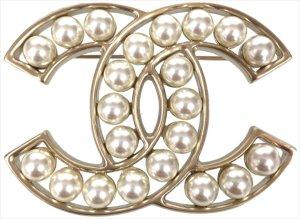 35265 Chanel CC Brosche aus goldfarbenem Metall und Glasperlen in Perlmutweiss mit Box