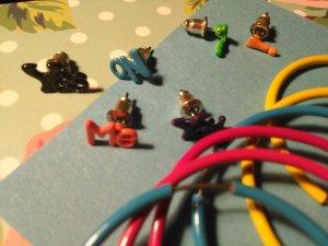 Boucle d'oreille multicolore