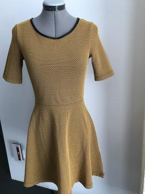 A -form Kleid.in  gelborange-schwarz Farbe karriert.