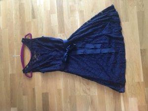Abendkleid in blauer Spitze von Mariposa
