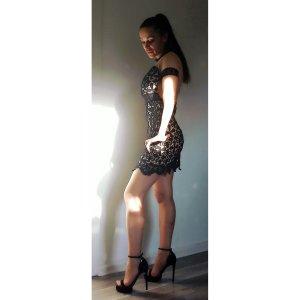Vestido de encaje negro-nude