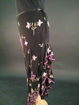 Abendrock in schwarz mit rosa-violetten Blumenapplikationen aus Pailletten