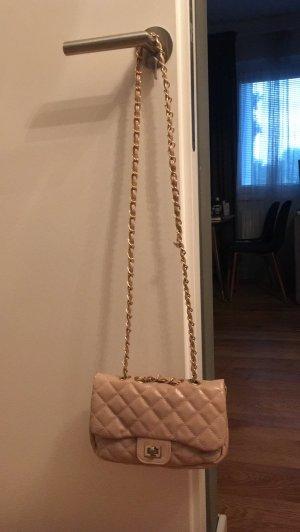 Abgesteppte Tasche im Chanel Look