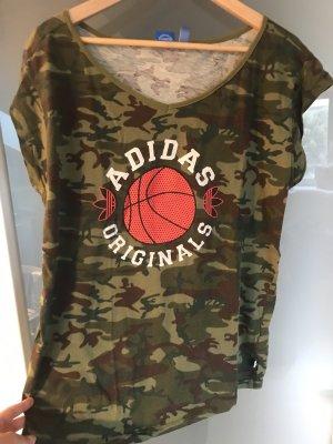 Adidas Camouflage Shirt mit Basketball Print