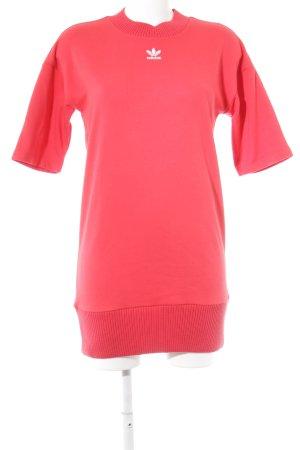 Adidas Kurzarmkleid rot Schriftzug gedruckt Street-Fashion-Look