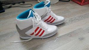 Adidas mit Keilabsatz