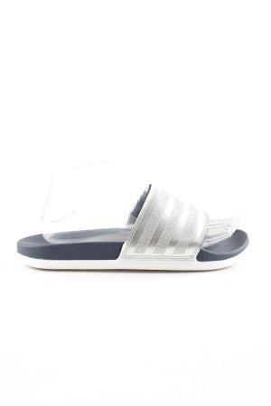 Adidas Pantoffeln blau-silberfarben Streifenmuster sportlicher Stil