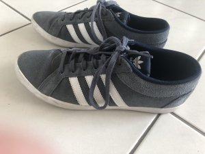Adidas Sneaker in blau/grau
