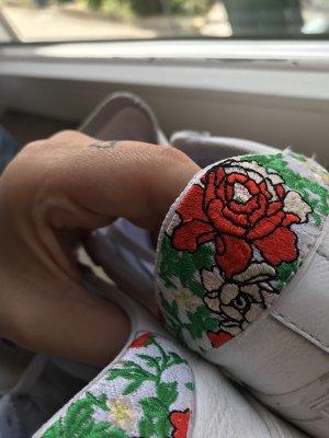 Adidas Sneaker mit süßer Blumenverzierung