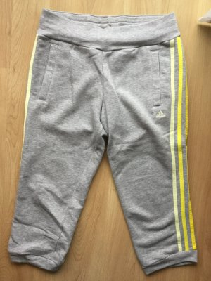 Adidas Sporthose mittellang, grau mit gelben Streifen