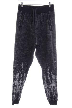 Adidas Sporthose schwarz-weiß abstraktes Muster sportlicher Stil