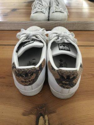Adidas Superstar 80s Schuh mit Schlangenmuster