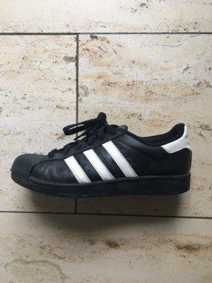 Adidas Superstar in schwarz in Größe 39 1/3