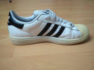 Adidas Superstar - klassisch mit schwarzen Streifen
