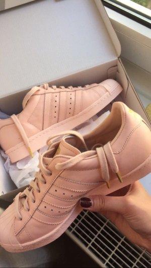 Adidas Superstar rosa mit goldenen Verzierungen