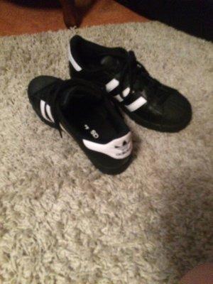 Adidas Superstars in Schwarz weiß in Größe 40 kaum getragen