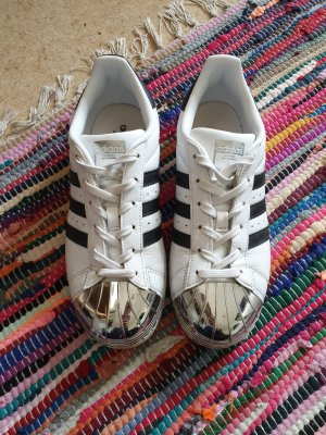 Adidas Superstars mit Chromkappe