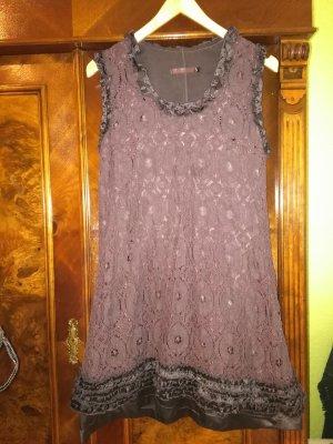 Ärmelloses Kleid mit Rüschen und Spitze