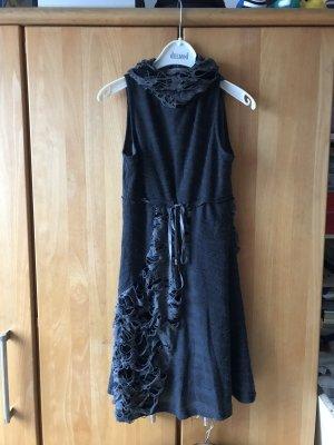 Ärmeloses Kleid mit destroyed Details und Rollkragen