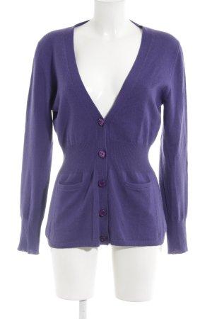 Aigner Cárdigan violeta oscuro look casual
