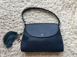 Aigner-Handtasche in petrol mit Fellanhänger