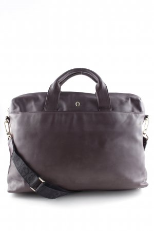 Aigner Henkeltasche bordeauxrot Street-Fashion-Look