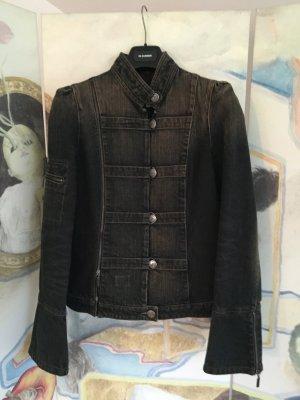 Aktueller Uniformlook: Jeansjacke in schwarz