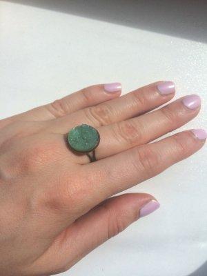 Altgoldener Ring mit türkisgrünem Stein