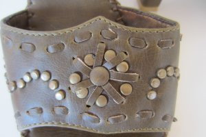 Andrea Conti Heel Pantolette oliv grün bronze messing Nieten verziert