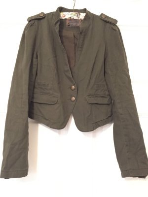 Angesagte Kurz-Jacke im Military-Stil