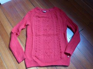 Angesagter roter Wollpullover mit leichtem Muster