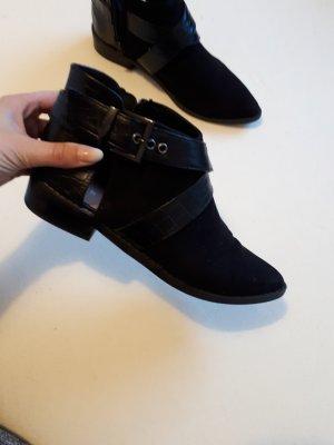 Ankel Boots in schwarzem Kunstleder