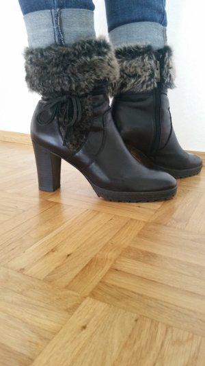 Ankle Boots aus Leder und Kunstfellimitatapplikation