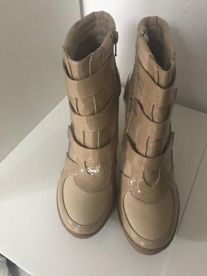 Ankle Boots mit Lackdetails