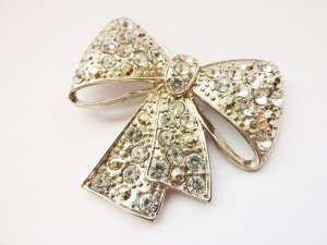 Broche color plata-gris claro metal