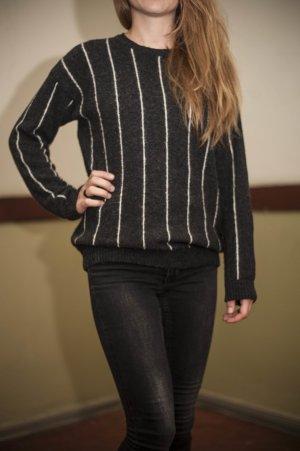 Anthrazitfarbener Pullover