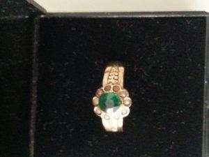 Antiker Ring mit grünem Stein und kleinen Perlen