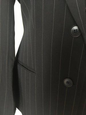 Anzug mit Nadelstreifen