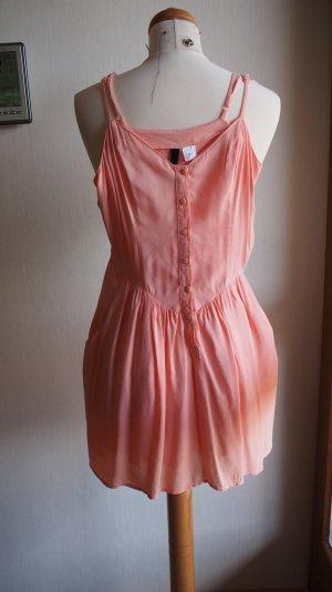 Apricot-farbenes Kleid mit Knopfleiste