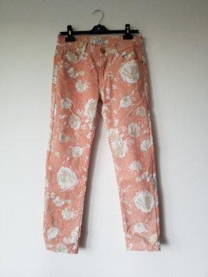 apricotfarbene geblümte Jeans