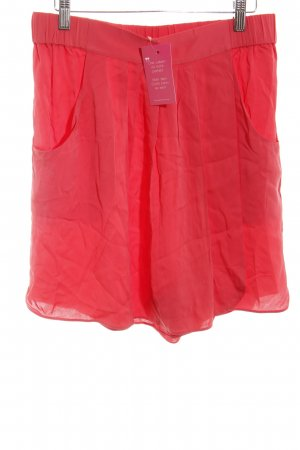 Armani Collezioni Shorts rojo claro look casual