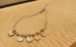 Armbändchen aus Stoff mit goldenen Elementen