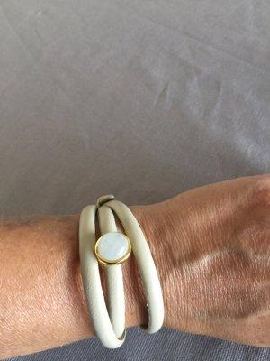 Armbänder aus Leder, mit abnehmbare Mondsteine gefasst in zarten Goldschiene
