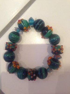 Armband aus dicken Glasperlen
