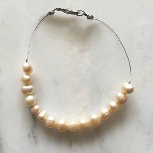 Armband aus Edelstahl und Perlen