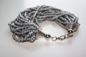 Armband aus Perlen silber