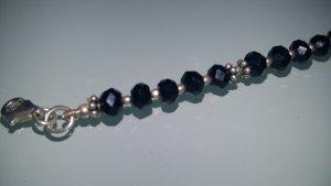 Armband aus schwarzen geschliffenen Steinen