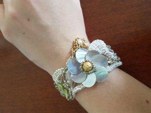 Armband aus Spitze mit Blumendetails